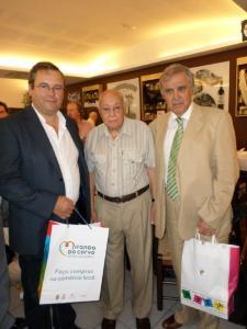 Joaquim Campos ladeado pelo presidente da Câmara MUnicipal de Mda do Corvo e presidente da Assemb municipal
